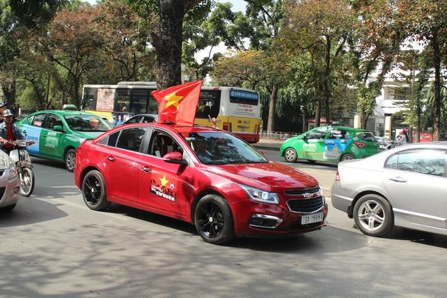 Hàng chục chiếc Chevrolet Cruze diễu hành cổ vũ tuyển bóng đá U23 Việt Nam - Ảnh 6.