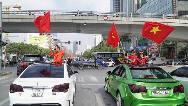 Hàng chục chiếc Chevrolet Cruze diễu hành cổ vũ tuyển bóng đá U23 Việt Nam - Ảnh 3.
