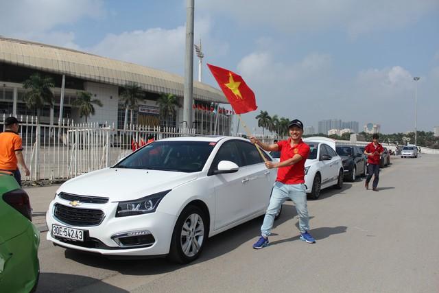 Hàng chục chiếc Chevrolet Cruze diễu hành cổ vũ tuyển bóng đá U23 Việt Nam - Ảnh 1.