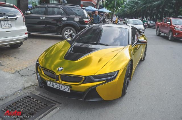 Siêu xe BMW i8 dán decal vàng chrome nổi bật đón năm mới tại Sài Gòn - Ảnh 2.