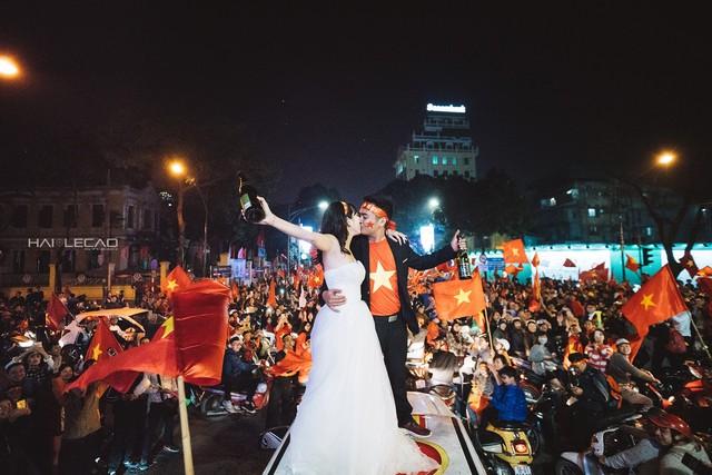 Cặp đôi trẻ cầu hôn đầy cá tính trên chiếc Ford Ranger giữa biển người cổ vũ U23 Việt Nam - Ảnh 1.