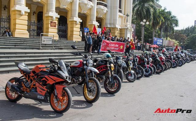 Dàn ô tô, mô tô phân khối lớn mang cờ tổ quốc xuống cổ vũ U23 Việt Nam - Ảnh 1.
