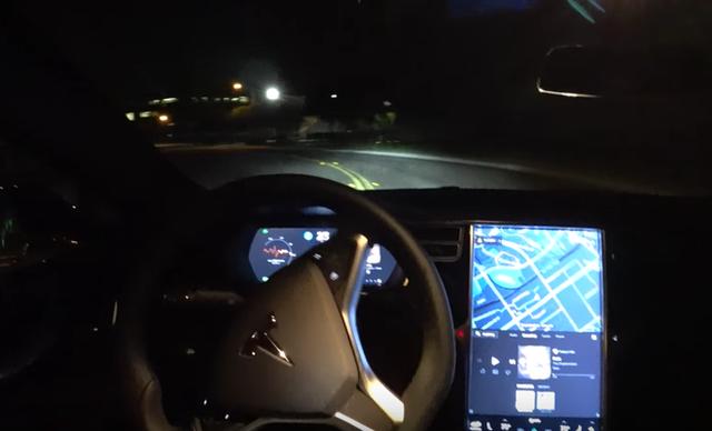 Một người đàn ông bị bắt vì sử dụng chế độ tự lái của xe Tesla khi đang say rượu - Ảnh 1.