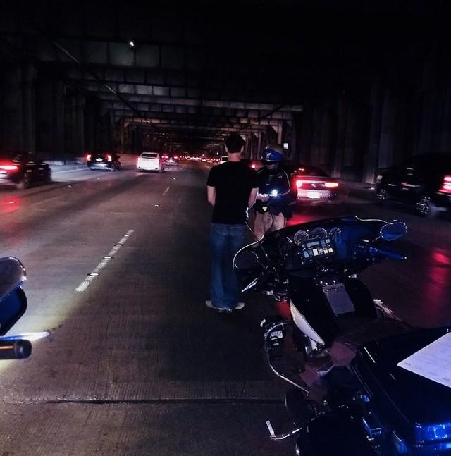 Một người đàn ông bị bắt vì sử dụng chế độ tự lái của xe Tesla khi đang say rượu - Ảnh 2.