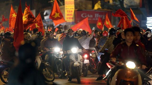 """Ăn mừng U23 Việt Nam chiến thắng, """"cơn bão"""" ô tô, xe máy ập ra phố Hà Nội trong đêm"""