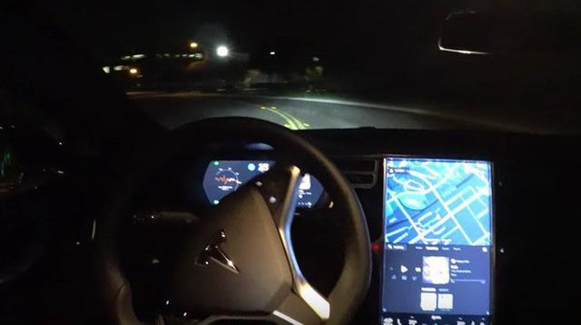Một người đàn ông bị bắt vì sử dụng chế độ tự lái của xe Tesla khi đang say rượu