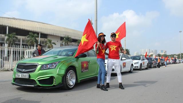 Hàng chục chiếc Chevrolet Cruze diễu hành cổ vũ tuyển bóng đá U23 Việt Nam