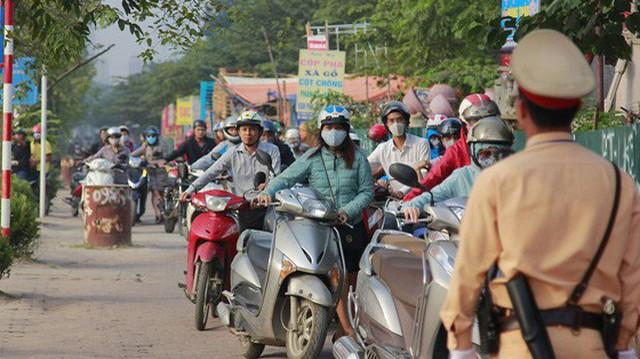 Người dân phải dắt bộ xe máy hàng trăm mét ngược vỉa hè để tránh ùn tắc: Hệ quả của xe buýt nhanh BRT?