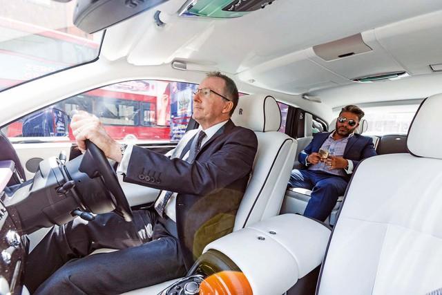 Lời trần tình của tài xế Rolls-Royce Phantom sau ngày đầu tiên đưa đón giới nhà giàu - Ảnh 8.