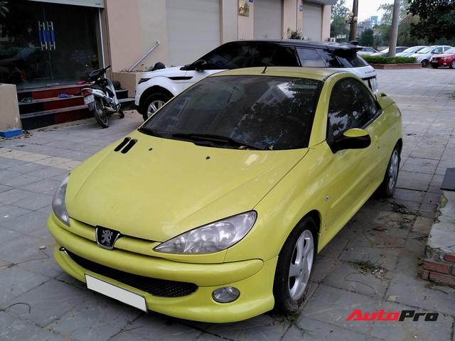 Xót xa cảnh hàng hiếm Peugeot 206 CC mui trần phủ bụi trên hè phố Việt Nam - Ảnh 3.