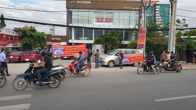 Từ chối bảo hành, Hyundai Ngọc An bị khách hàng căng băng rôn phản đối - Ảnh 1.