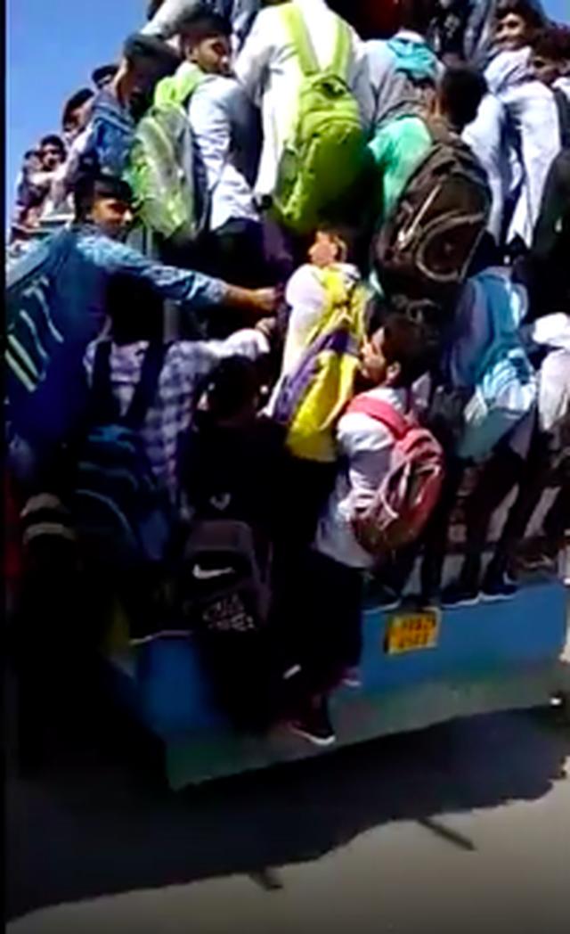 Hình ảnh kinh hoàng: Hàng chục sinh viên Ấn Độ đu bám theo xe buýt để đến trường cho kịp kỳ thi - Ảnh 4.