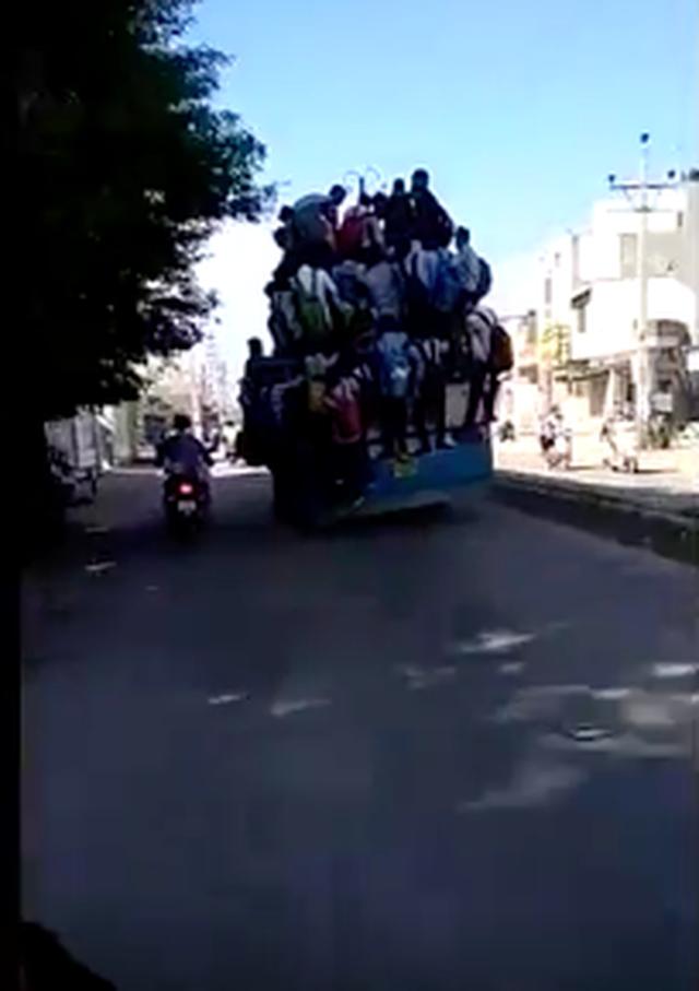 Hình ảnh kinh hoàng: Hàng chục sinh viên Ấn Độ đu bám theo xe buýt để đến trường cho kịp kỳ thi - Ảnh 6.