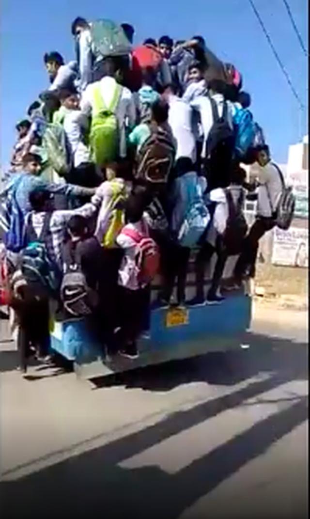 Hình ảnh kinh hoàng: Hàng chục sinh viên Ấn Độ đu bám theo xe buýt để đến trường cho kịp kỳ thi - Ảnh 7.