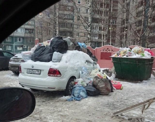 Đỗ ô tô chắn đường đi đổ rác, tài xế bị người dân ném rác ngập cả nóc xe - Ảnh 3.