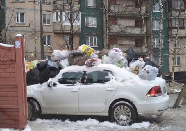 Đỗ ô tô chắn đường đi đổ rác, tài xế bị người dân ném rác ngập cả nóc xe - Ảnh 2.