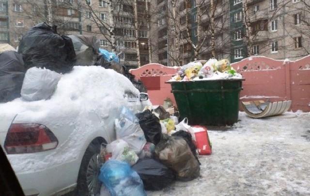 Đỗ ô tô chắn đường đi đổ rác, tài xế bị người dân ném rác ngập cả nóc xe - Ảnh 1.