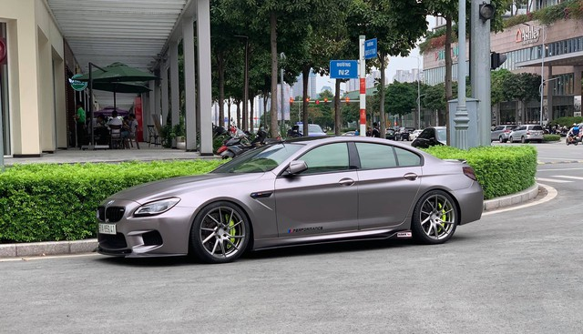 Hiểu nỗi khổ của người đi xe gầm thấp tại Việt Nam, chủ BMW 6-Series độ bày mẹo leo vỉa hè đơn giản - Ảnh 1.