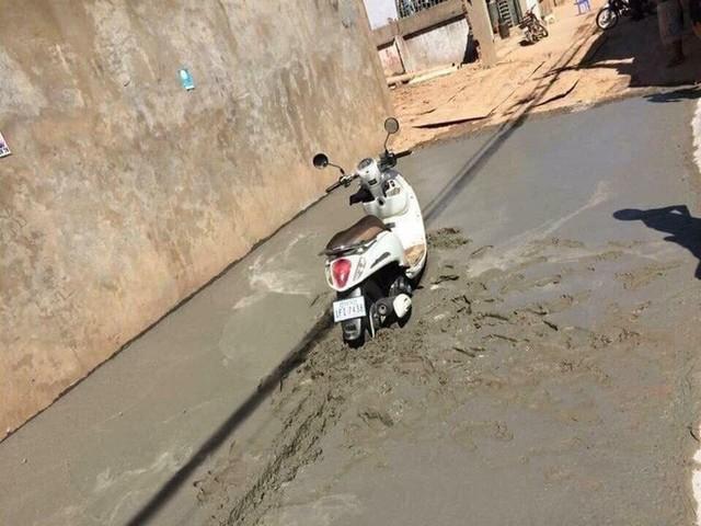 Trên con đường vừa làm, hình ảnh của một chiếc xe máy kẹt cứng khiến tất cả ngán ngẩm - Ảnh 2.