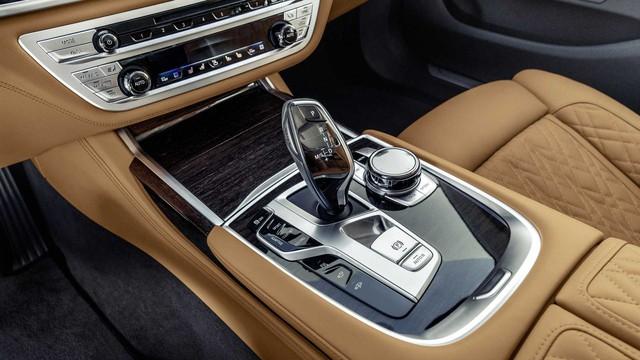 BMW 7-Series chính thức ra mắt - thách thức Mercedes-Benz S-Class - Ảnh 13.