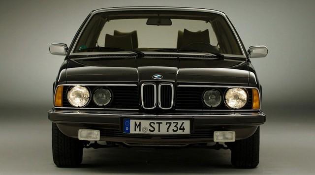 Nhìn lại thay đổi bộ mặt BMW 7-Series qua từng thế hệ: Đèn thu nhỏ còn lỗ mũi lớn dần - Ảnh 1.