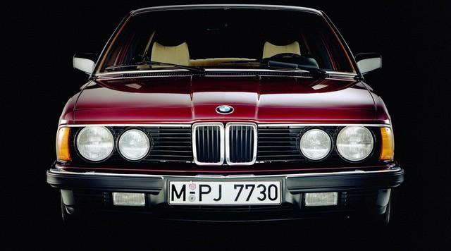Nhìn lại thay đổi bộ mặt BMW 7-Series qua từng thế hệ: Đèn thu nhỏ còn lỗ mũi lớn dần - Ảnh 2.