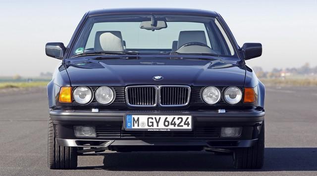 Nhìn lại thay đổi bộ mặt BMW 7-Series qua từng thế hệ: Đèn thu nhỏ còn lỗ mũi lớn dần - Ảnh 4.