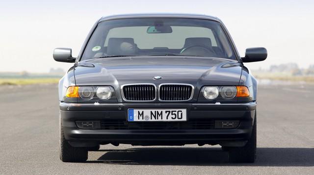 Nhìn lại thay đổi bộ mặt BMW 7-Series qua từng thế hệ: Đèn thu nhỏ còn lỗ mũi lớn dần - Ảnh 6.