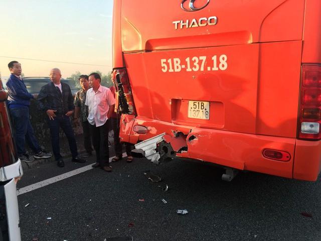 2 tai nạn liên tiếp trên cao tốc TP. HCM - Trung Lương, hàng chục em nhỏ hoảng loạn kêu cứu - Ảnh 2.