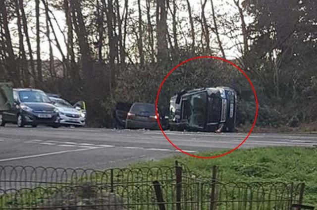 Chồng Nữ hoàng Anh lái Land Rover bị lật 90 độ sau va chạm với chiếc Kia - Ảnh 1.