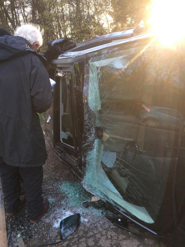 Chồng Nữ hoàng Anh lái Land Rover bị lật 90 độ sau va chạm với chiếc Kia - Ảnh 2.