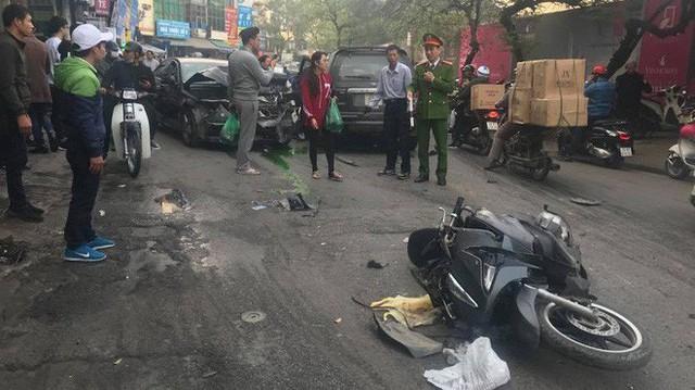 """Ford Escape """"điên"""" tông nhiều xe máy, ô tô trên phố Hà Nội, cụ bà bán hàng rong tử vong tại chỗ"""
