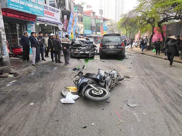 Ford Escape điên tông nhiều xe máy, ô tô trên phố Hà Nội, cụ bà bán hàng rong tử vong tại chỗ - Ảnh 1.