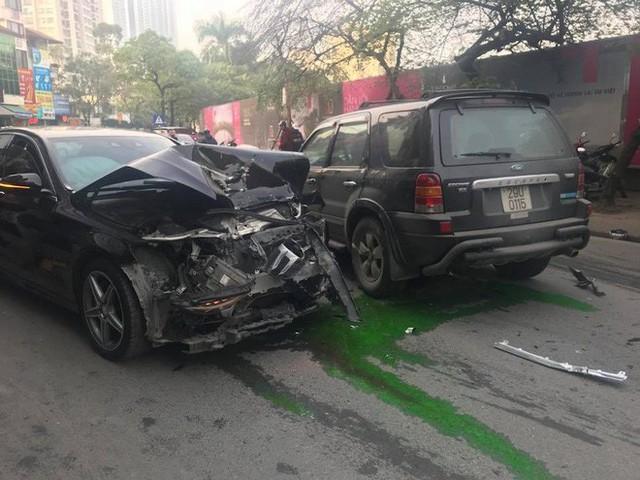 Ford Escape điên tông nhiều xe máy, ô tô trên phố Hà Nội, cụ bà bán hàng rong tử vong tại chỗ - Ảnh 2.