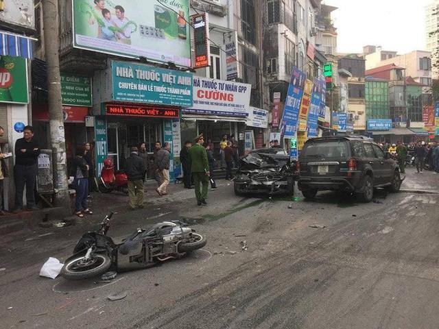 Clip cận cảnh vụ xe điên lao kinh hoàng vào cụ bà bán hàng rong trên phố Hà Nội - Ảnh 2.
