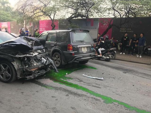 Clip cận cảnh vụ xe điên lao kinh hoàng vào cụ bà bán hàng rong trên phố Hà Nội - Ảnh 3.