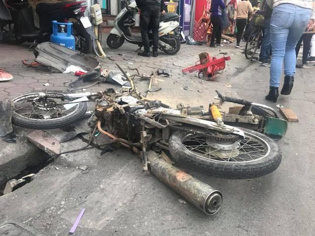 Ford Escape điên tông nhiều xe máy, ô tô trên phố Hà Nội, cụ bà bán hàng rong tử vong tại chỗ - Ảnh 3.