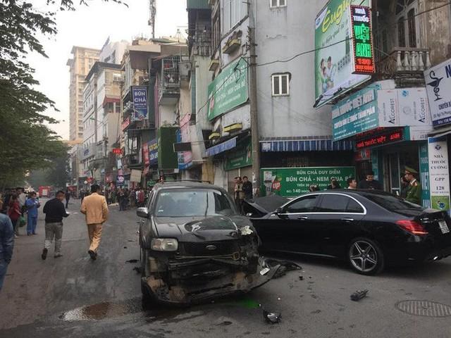 Clip cận cảnh vụ xe điên lao kinh hoàng vào cụ bà bán hàng rong trên phố Hà Nội - Ảnh 4.