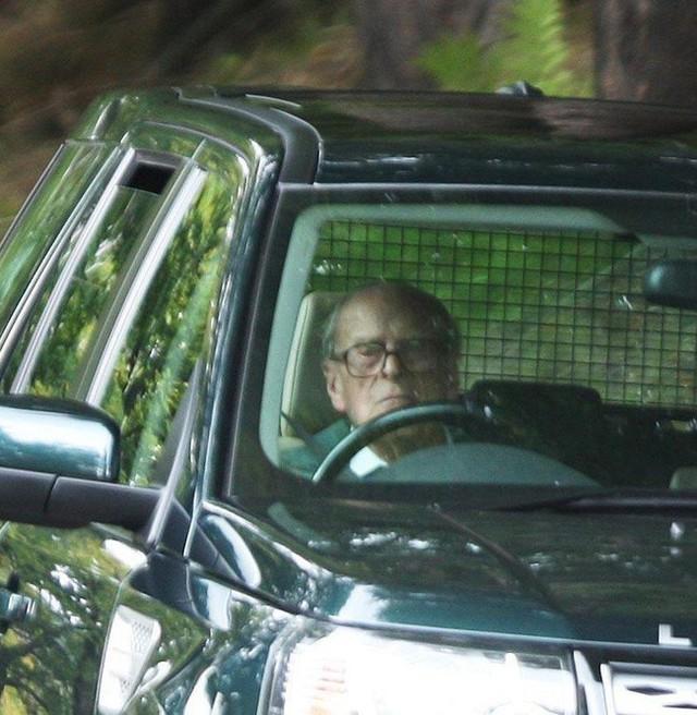 Chồng Nữ hoàng Anh lái Land Rover bị lật 90 độ sau va chạm với chiếc Kia - Ảnh 4.
