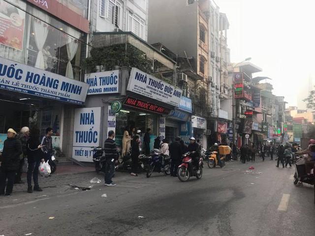 Ford Escape điên tông nhiều xe máy, ô tô trên phố Hà Nội, cụ bà bán hàng rong tử vong tại chỗ - Ảnh 4.