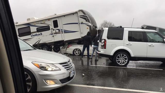 Tai nạn khó tin: Ô tô Nissan hất bổng xe nhà kéo, bán tải cỡ lớn trong một nốt nhạc - Ảnh 1.