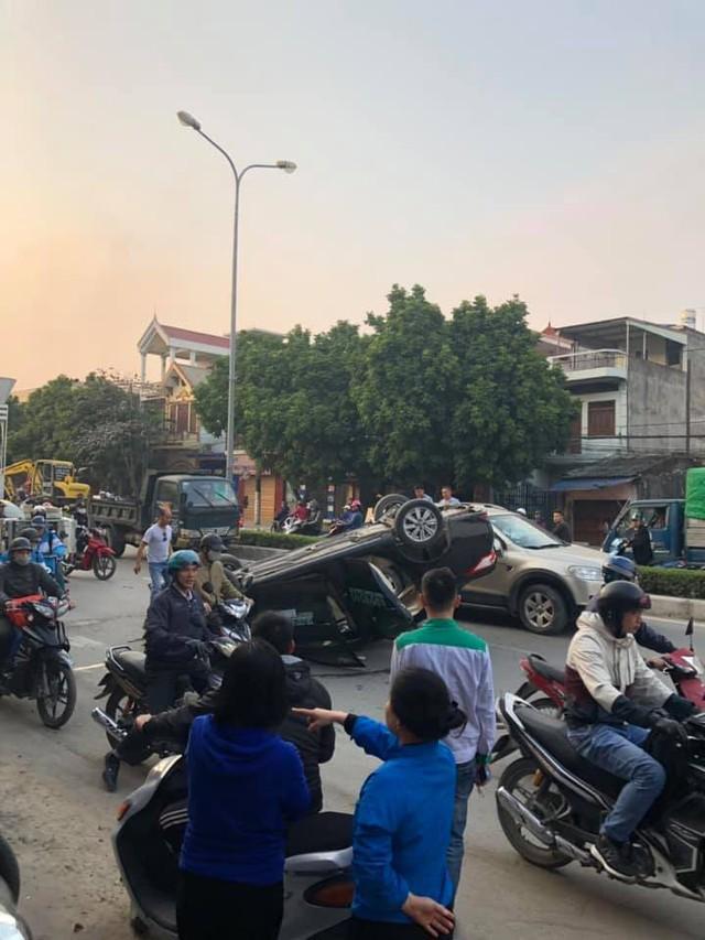 Phóng nhanh tránh Honda Dream, xe taxi Toyota Vios lật ngửa khiến nữ khách hàng nhập viện - Ảnh 2.
