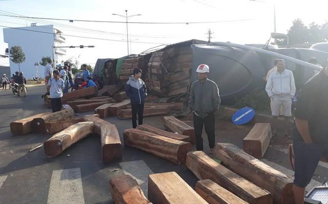 Xe container chở gỗ lật ngửa trên đường, đè bẹp ô tô đi bên cạnh - Ảnh 1.