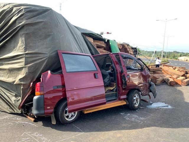 Xe container chở gỗ lật ngửa trên đường, đè bẹp ô tô đi bên cạnh - Ảnh 2.