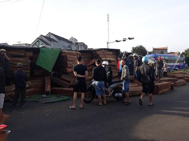 Xe container chở gỗ lật ngửa trên đường, đè bẹp ô tô đi bên cạnh - Ảnh 3.