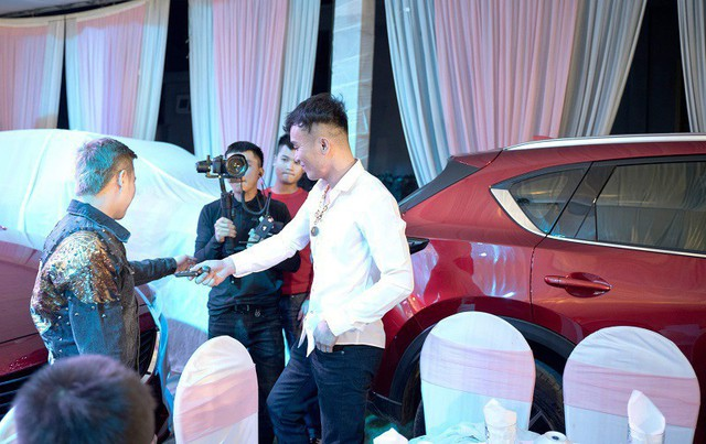 Góc chồng nhà người ta: Tặng vợ cùng bạn bè 3 ô tô Mazda CX-5, Mazda6 và 8 xe ga Honda SH nhân kỉ niệm 6 năm ngày cưới tại Nghệ An - Ảnh 3.