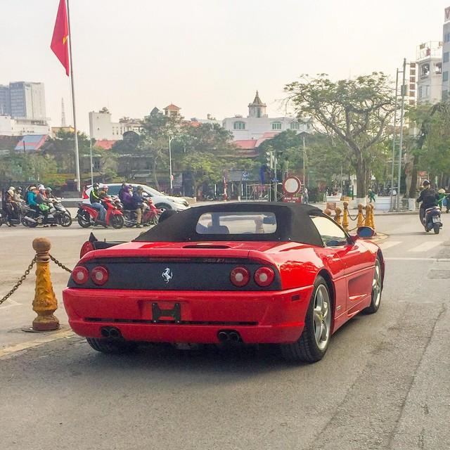 Ferrari F355 Spider độc nhất Việt Nam lăn bánh trên đường phố gây phấn khích giới mộ điệu - Ảnh 2.