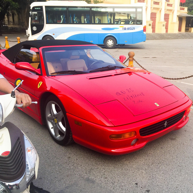 Ferrari F355 Spider độc nhất Việt Nam lăn bánh trên đường phố gây phấn khích giới mộ điệu - Ảnh 1.