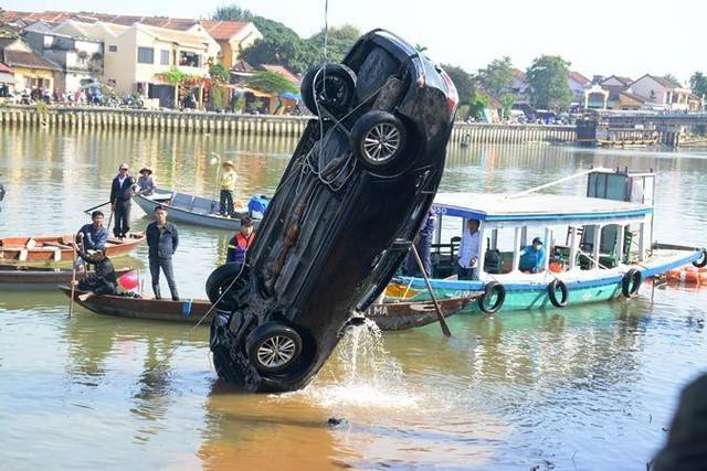 Người đàn ông Hà Nội lao xe Corolla Altis chở 4 người trong gia đình xuống sông khi cãi nhau với vợ - Ảnh 2.