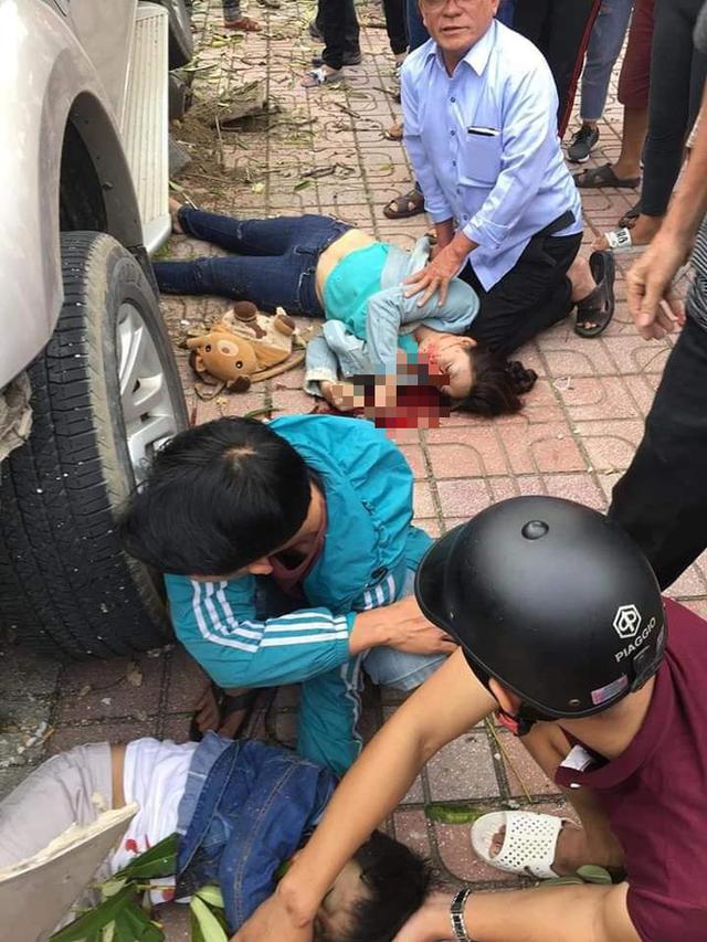 Ford Everest điên lao lên vỉa tông chết bé trai 5 tuổi đứng đón xe buýt - Ảnh 1.